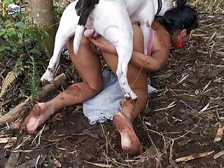 上司は、借金を払うまで、娘は犬に犯されるだろうと言っていました。娘はそれをとても気に入ったので、彼女は命を奪われました。ブラジルはチャンスの国です。